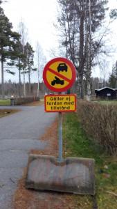 Nu är skylten med förbjuden genomfart uppsatt vid infartsvägen från Malviken. Endast bilar med tillstånd får köra.